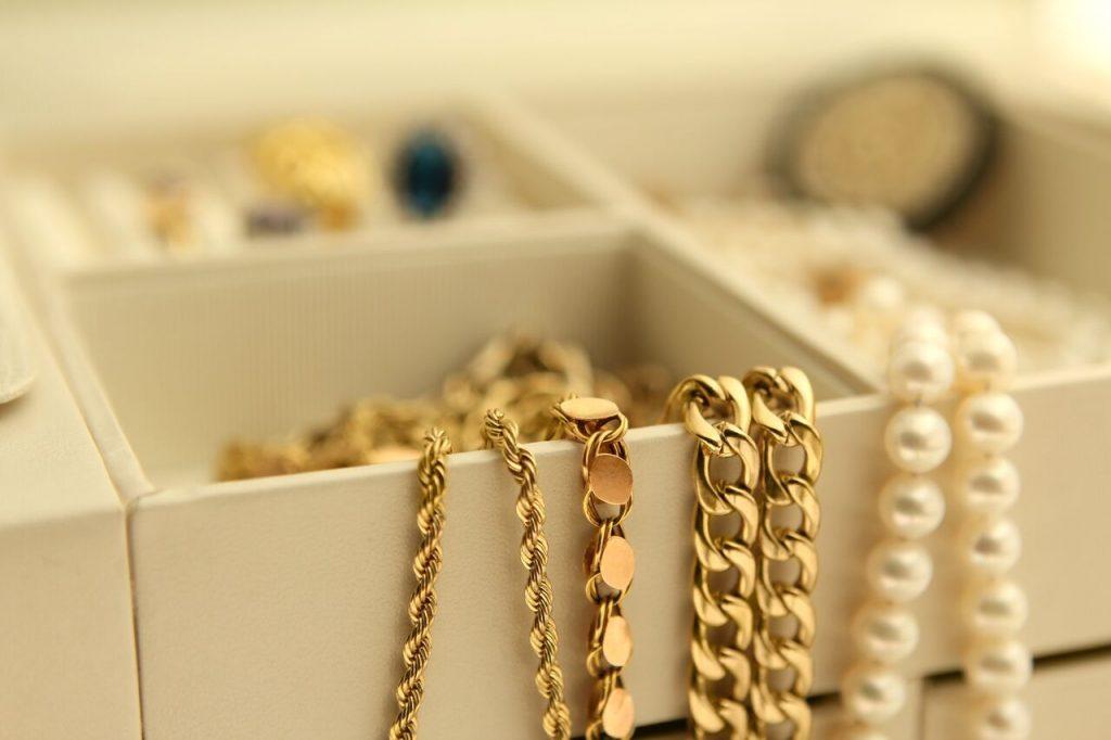آموزش روش صحیح تمیز کردن گردنبند طلا و سایر جواهرات مشابه