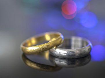 تصویر یک عدد انگشتر طلای سفید و انگشتر طلای زرد